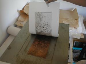 Bedrucktes Papier nach dem Druckvorgang von der Kupferplatte abziehen